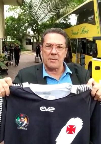 Vanderlei Luxemburgo recebendo a camisa