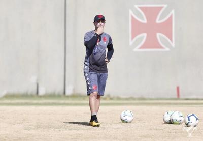 Diogo Siston orientando os atletas durante o treinamento