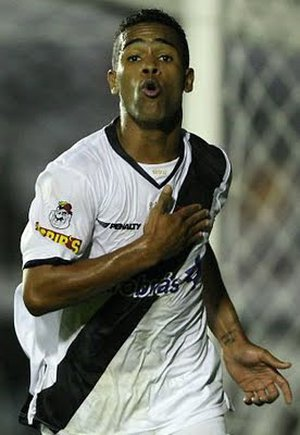 Alex Teixeira bate no peito após golaço em São Januário