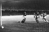 Andrada observa a bola no pênalti de Pelé (Foto: Band Esportes)