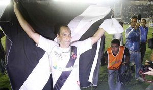 Edmundo e a bandeira do Vasco