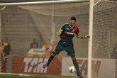 Fernando Prass em ação contra o Internacional (Foto: Abril)
