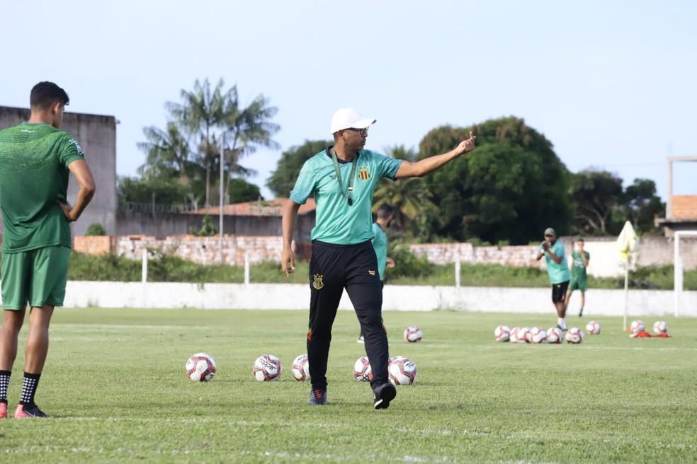 Técnico do Sampaio, Felipe Surian, ajusta equipe para duelo contra o Vasco